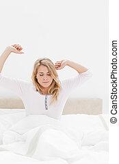伸ばされる, もっと近く, ベッド, 上へ武装する, 打撃, 女性の モデル