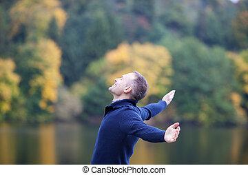 伸ばしている腕, に対して, 湖, 微笑の人