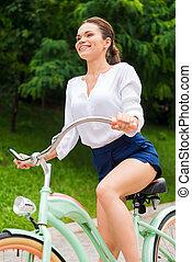 低い, 女, 角度, 彼女, 型, 公園, 若い, 自転車, 魅力的, 乗馬の自転車, 微笑, 光景, park.