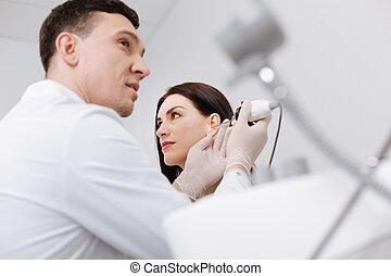 低的角度, 圖片, ......的, 專業人員, 醫生, 檢查, 女性, 耳朵