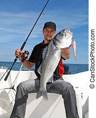 低音, 海, 钓鱼