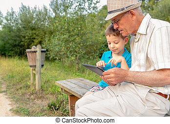 使うこと, 屋外で, 孫, タブレット, 祖父