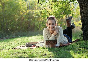 使うこと, 微笑の 女性, コンピュータ, 屋外で