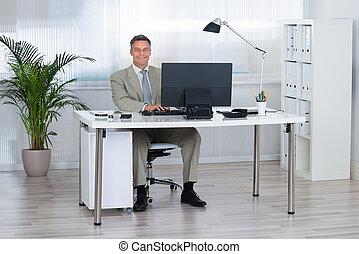 使うこと, 微笑, コンピュータ, ビジネスマン, 机