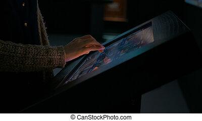 使うこと, touchscreen, 女, ディスプレイ, 対話型である