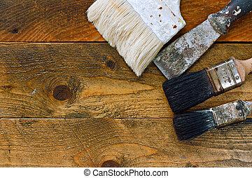 使われた, ペイントブラシ, そして, スクレーパー, 上に, 古い, 木製のテーブル