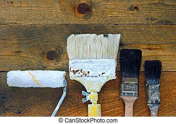 使われた, ペイントブラシ, そして, ローラー, 上に, 古い, 木製のテーブル