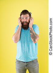 使用, 調節可能, headset., 人, ヘッドホン, 新しい, 無線, 置かれた, ステレオ, あなたの, 人, 音楽, 聞きなさい, 残忍である, 遊び, バックグラウンド。, on., あごひげを生やしている, ウエア, 技術, bluetooth, 黄色, 情報通