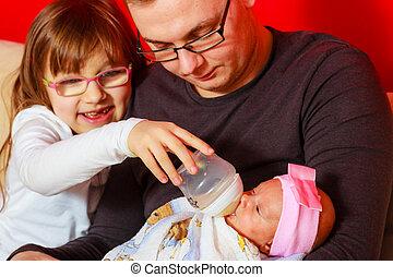 供給, 父, 新生, びん, 女の赤ん坊, ミルク