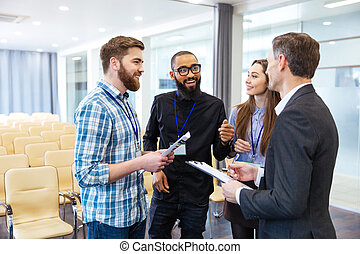 促される, 若い人々, 論じる, 新しい, プロジェクト, 中に, 会議室
