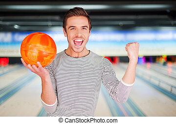 保有物の 球, に対して, 細道, 腕, 若い, チャンピオン, ボウリング, 人, 朗らかである, 地位, 上げられた, bowling., 保持, 間
