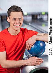 保有物の 球, 彼, ball., カメラ。, 若い, アリー, ボウリング, 人, 朗らかである, 見る