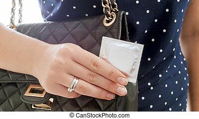 保有物, 写真, 若い, 手, クローズアップ, 女性のコンドーム, 極点
