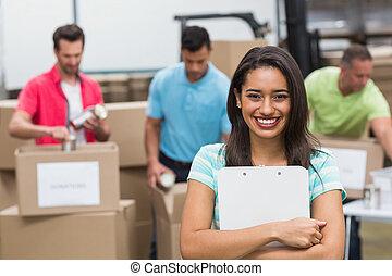 保有物, 若い, クリップボード, 女性, 微笑, ボランティア