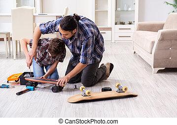 修理, 彼の, 父, スケートボード, 若い, 息子, 家