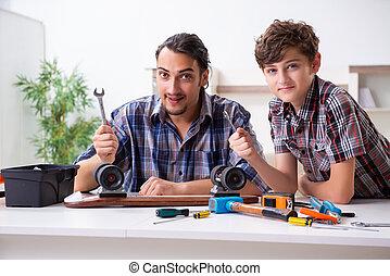 修理, 父, 彼の, 若い, スケートボード, 家, 息子