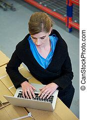 倉庫, 女性実業家, ラップトップ・コンピュータ, タイプ