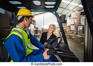 倉庫, 話し, マネージャー, フォークリフト, 運転手