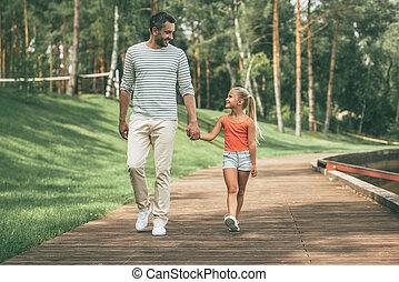 偉人, 娘, 父, 手, 公園, 一緒に歩くこと, 朗らかである, 間, father., 保有物, 時間, 前部, 微笑, 楽しむ, 光景