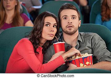 偉大, movie!, 年輕夫婦, 吃, 玉米花, 以及, 喝酒, 蘇打, 當時, 觀看的電影, 在, the, 電影院