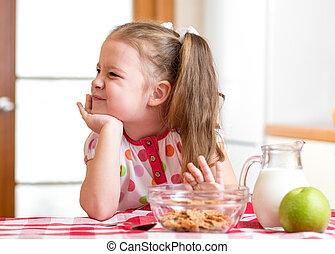 健康に良い食物, refuses, 女の子, 食べなさい, 子供