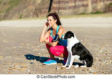 健身, 婦女, 以及, 狗, 上, 海灘