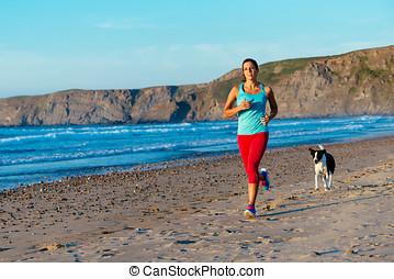 健身, 婦女, 以及, 狗, 跑, 上, 海灘