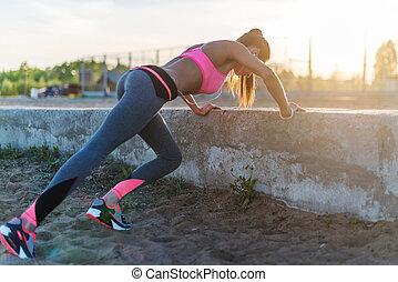 健身, 婦女, 做, 推, 向上, 戶外, 訓練, 測驗, 夏天, 晚上