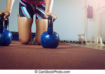 健身, 婦女, 做, 推, 向上, 由于, kettlebells