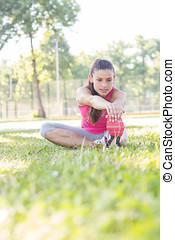 健身, 年輕婦女, 做, 伸展, 鍛煉