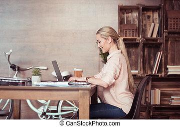 側視圖, ......的, 年輕, 微笑, 從事工商業的女性, 工作, 由于, 膝上型