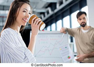 側視圖, ......的, 微笑, 從事工商業的女性, 喝咖啡, 由于, 同事, 後面