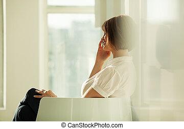 側視圖, ......的, 微笑, 從事工商業的女性, 在電話上的談話