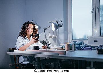 側視圖, 相片, ......的, 微笑的 女孩, 做, 電話, 在, 制作車間