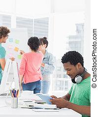側, デジタル, 光景, 偶然, 同僚, 使うこと, グループ, タブレット, の後ろ, 人, オフィス, 明るい