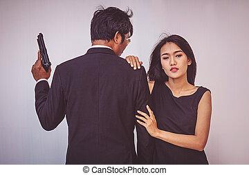 偶力がポーズを取る, 若い, 抱き合う, 銃