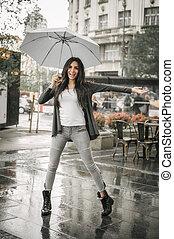 傘, 女性のダンス, 水たまり, 雨, はね返し