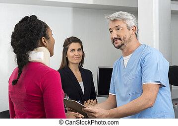 傷害, 病人, 咨詢, 醫生, 在, 招待會 書桌