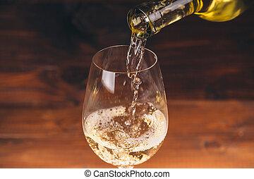 傾瀉, 白葡萄酒, 從, a, 瓶子, 在, a, 關閉, 看法, ......的, the, 葡萄酒杯, 針對, 木制, 背景