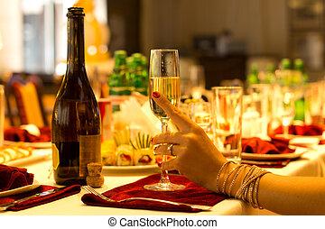 優雅である, 女性の保有物, フルート, シャンペン