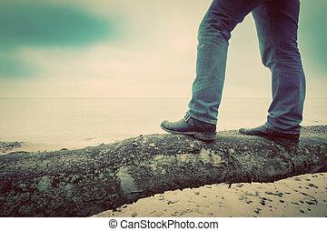 優雅である, 見る, 靴, 木, 型, 地位, ジーンズ, sea., 人, 落ちている, 野生, 浜
