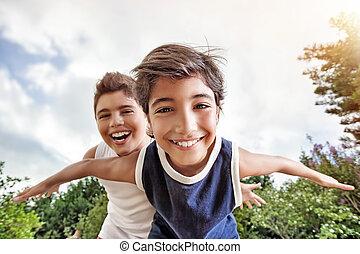 兄弟, 幸せ, 遊び, 屋外で