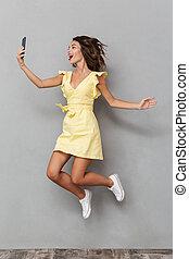 充分的 長度 畫像, ......的, a, 快樂, 女孩, 在, 衣服, 跳躍