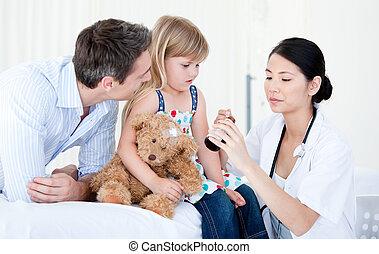 充滿信心, 亞洲女性, 醫生, 給, 糖漿, 到, a, 小女孩