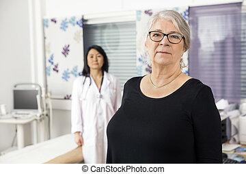 充滿信心, 年長者, 病人, 站立, 由于, 醫生, 在, 背景