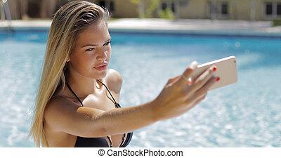 充滿信心, 模型, 拿, selfie, 在, 池