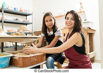 充滿信心, 老師, 以及, 女孩, 實踐, 陶器, 在, 車間
