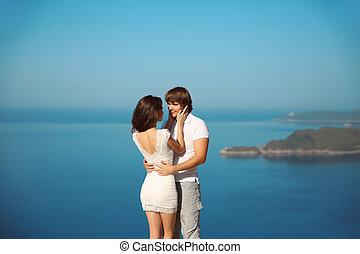 充滿熱情, 夫婦, 在愛過程中, 在上方, 海, 以及藍色, 天空, 背景。, enjoyment., 假期, 假期, 愛, 以及, 幸福, concept.