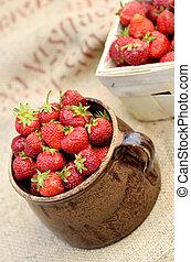 充足, 木制, 罐, 陶瓷, 板条箱, 新鲜的草莓, 红