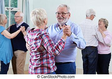 先輩, グループ, ダンス, クラブ, 一緒に, 楽しむ